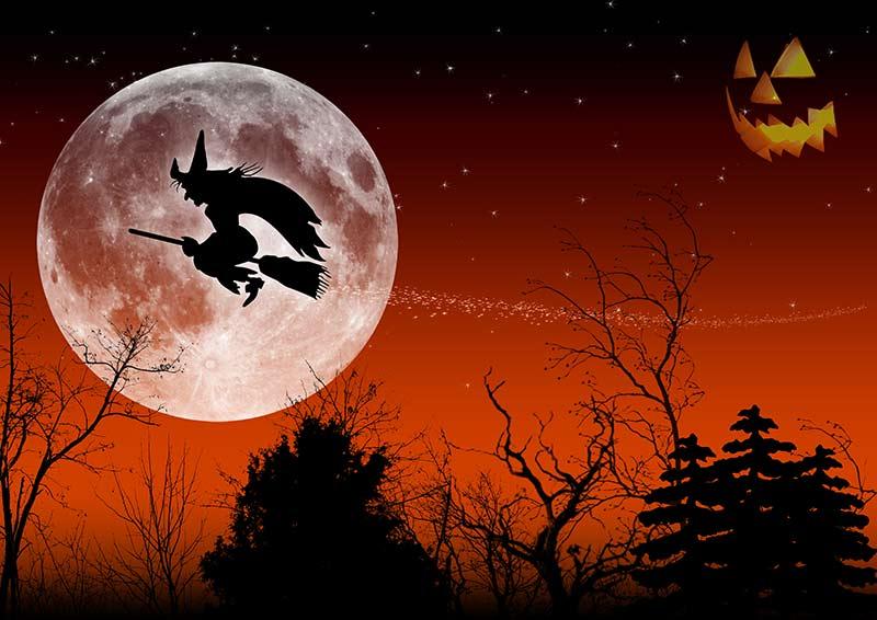 Hexe auf Besen in Walpurgisnacht