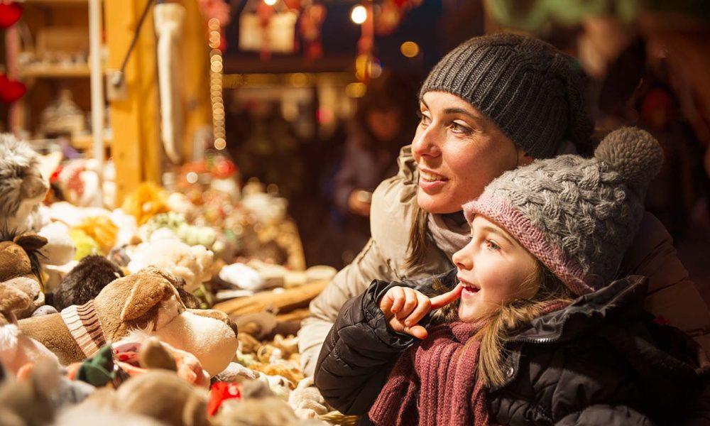 Mutter und Tochter auf Weihnachtsmarkt